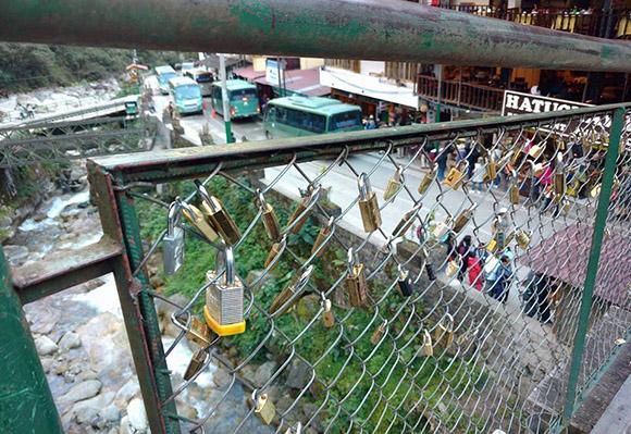 Turistas crean costumbre romántica en el puente de la amargura en Machu Picchu