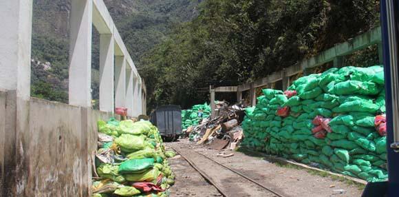 Basura a la espera de su trasnporte a Cusco