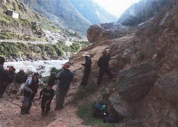 remueven roca ilegalmente