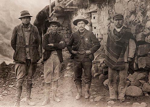 Bingham acompañado de tres campesinos, se desconoce su identidad; tal vez podrían tratarse de Arteaga, Álvarez y Richarte