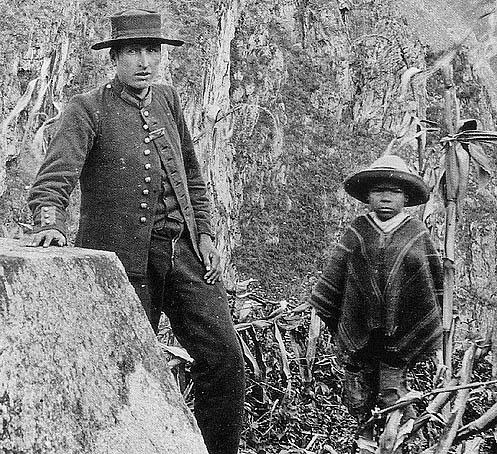 Junto al Intihuatana, el sargento Carrasco y Pablito Richarte, el niño que guió a Bingham, 24 de Julio de 1911