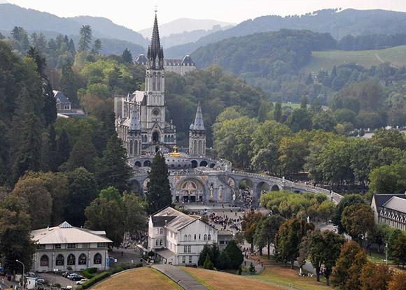 El Santuario  de Nuestra Señora de Lourdes en Francia.