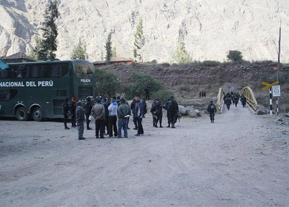 Policía Nacional del Perú asegura tránsito en vía alterna hacia Ollantaytambo para poder llegar a Machu Picchu