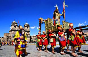 Inca en la plaza de Armas